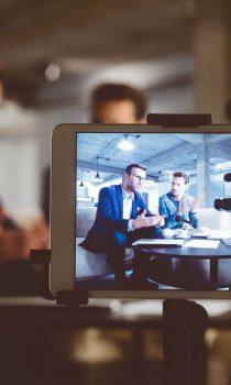 Beim Medientraining von ProContent souveränes Auftreten vor der Kamera lernen und so die eigene Präsenz verbessern.