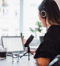 Präsentationstraining gehört zu den wichtigen Voraussetzungen für die Arbeit vor Mikrofon oder auf der Bühne.
