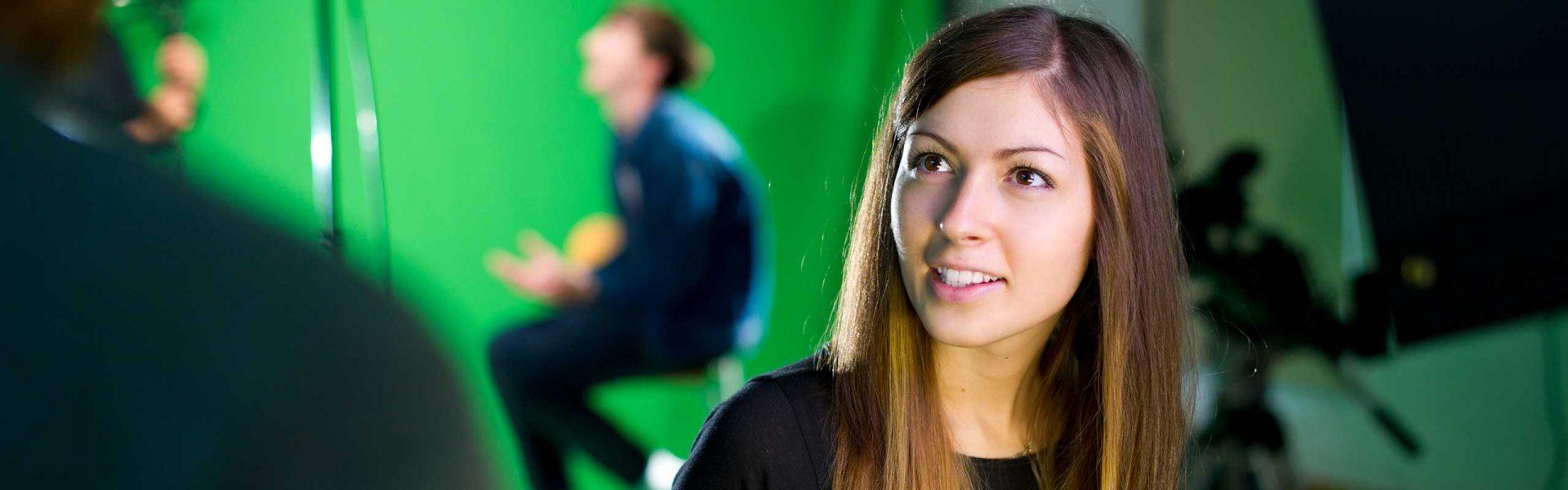 In TV Journalismus Seminaren den Umgang vor der Kamera und den dazugehörigen Techniken kennenlernen.