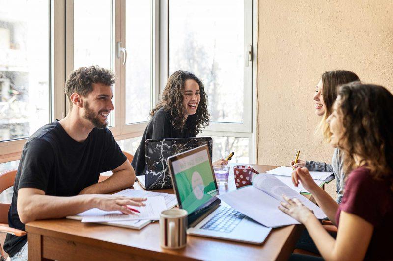 In kleinen Seminargruppen bietet ProContent Volontärskurse an, die Sie auf Ihren Traumberuf vorbereiten.