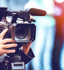 Ob beim Fernsehen oder der Zeitung: die Kamera und die Bewegtbilder sind aus der Medienlandschaft nicht wegzudenken. Mit dem Bewegtbild- und TV Zertifikat erlernen Sie Grundlegendes in Bezug auf die Erstellung von Beiträgen mit dem Medium.