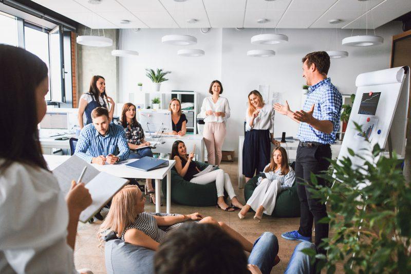 Der Zertifikatskurs zur crossmedialen Kommunikation beinhaltet PR- Strategien und Pläne, sodass Ihre Arbeit im Team erfolgreich wird.