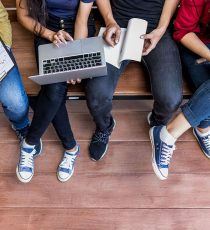 Volontärskurs für den Print- und Onlinebereich bildet Sie in kleinen Gruppen in verschiedenen Gebieten der Redakteursarbeit aus.