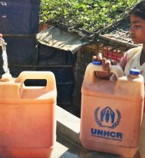 Ein Rohingya-Mädchen beim Wasserholen im Flüchtlingscamp Kutupalong, Bangladesch